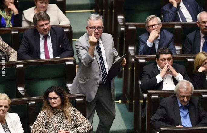 polityczna : Poseł PiS pokazał środkowy palec w Sejmie
