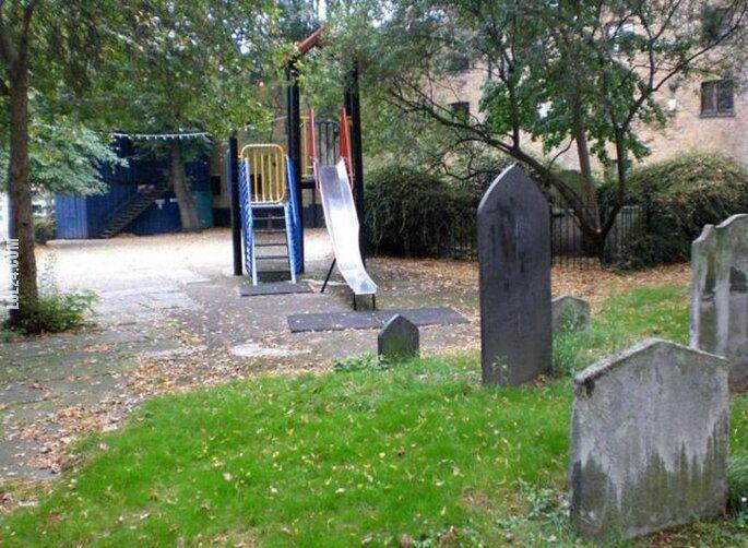 wpadka : Plac zabaw na cmentarzu?