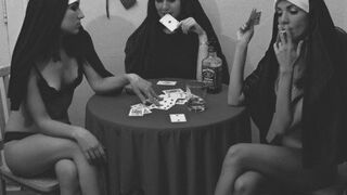 Zakonnice grają w rozbieranego pokera