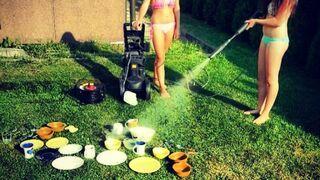 Dziewczyny myją naczynia