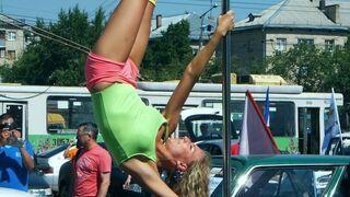 Taniec na rurze na parkingu