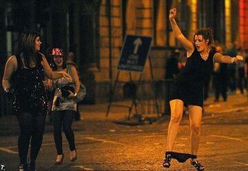 Parada na ulicy z majtkami opuszczonymi do kostek