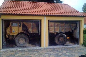 Jak on tam wjechał? Pomysłowe drzwi do garażu