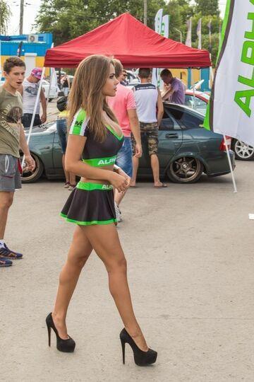 Zdrowa reakcja chłopaka na ładne nogi dziewczyny