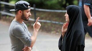 Bita muzułmanka na ulicy - Eksperyment Społeczny