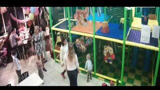 Zadyma rodziców w bawialni dla dzieci