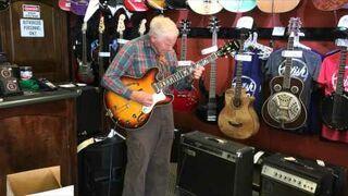 81-latek daje czadu na gitarze w sklepie