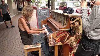 Bezdomny gra na pianinie (Sarasota, FL)