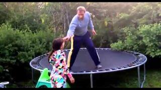 Pijany tatuśna trampolinie