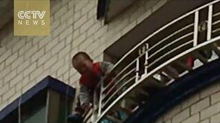 Przestroga: Dziecko spadło z 5. piętra