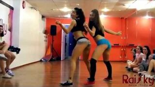 """Krótki pokaz tańca """"twerk"""" rosyjskiej szkoły tanecznej"""