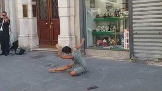 Rima Baransi tańczy na ulicy w Triest, Włochy
