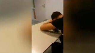 Nauczyciel budzi śpiącego studenta