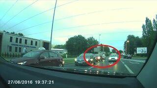 Taksówkarz chciał pobić kobietę w jej samochodzie - Toruniu