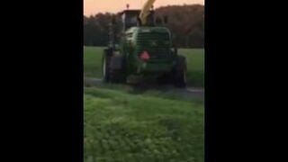 Rolnik przerywa zakochanym igraszki w polu