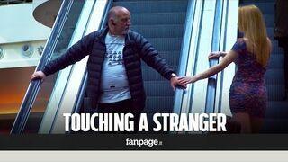 Zobacz reakcje facetów na dotyk pięknej dziewczyny