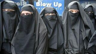 Mężczyźni przebierają się w burki - muzułmanie dostają szału