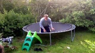 Pijany tatuś na trampolinie