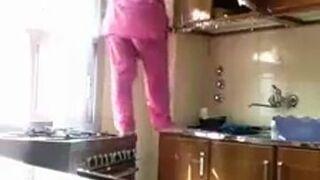 Prawdziwa kobieta dokładne sprząta kuchnie