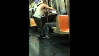 Człowiek w metrze daje bezdomny koszulkę i czapkę
