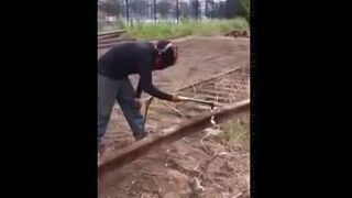 Przepalanie palnikiem szyny kolejowej