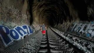 Przechodzili przez tunel kolejowy, w połowie drogi usłyszeli pociąg!