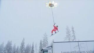Facet ciągnięty przez drona na desce