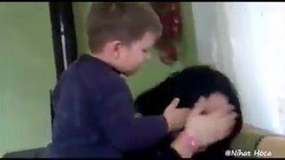 Dziecko uderza matkę i pluje jej w twarz!