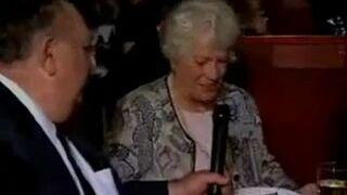 Babcia z mikrofonem