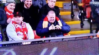 Liverpool vs. Aston Villa: Fan strzela fotkę!