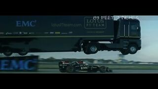 Skok ciężarówką nad bolidem - EMC i Lotus F1
