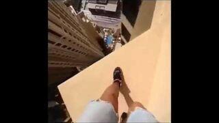 Szalone skoki na 43. piętrze wieżowca