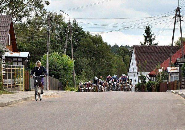 sportowa : Babcia na czele peletonu kolarskiego