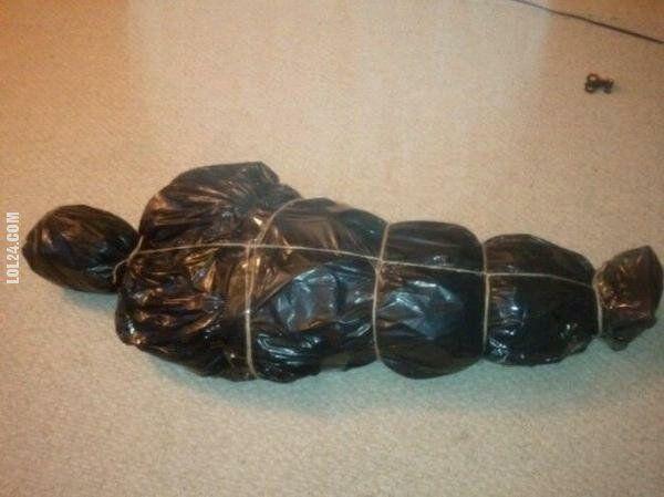 rzeźba, figurka : Jak zapakować choinkę przed wyrzuceniem na śmietnik