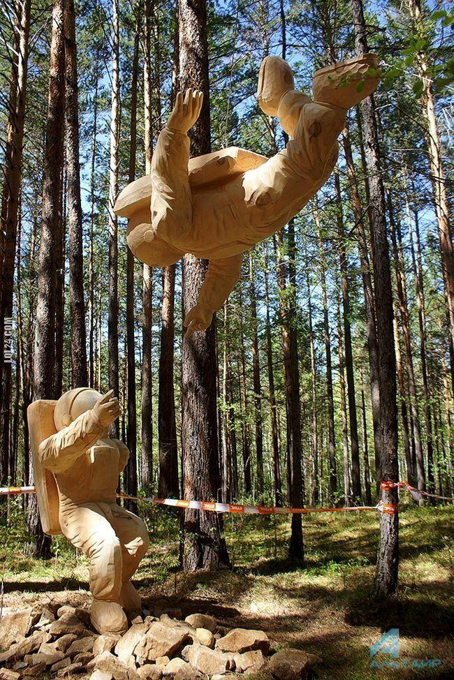 rzeźba, figurka : Astronauci z festiwalu rzeźbienia w drewnie. Rosja