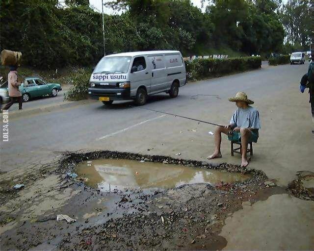 LOL : Łowienie ryb w dziurze na drodze