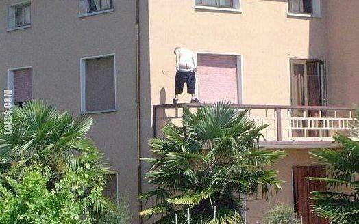 LOL : Dupa na poręczy balkonowej
