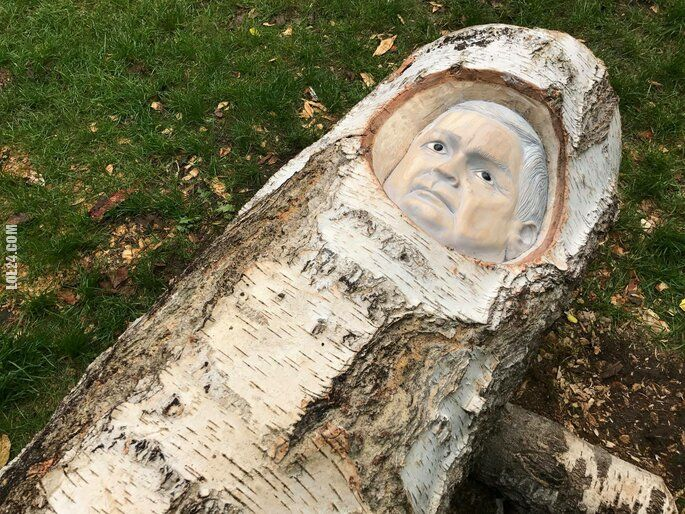 rzeźba, figurka : Pomnik Lecha Kaczyńskiego wykonany w pniu brzozy