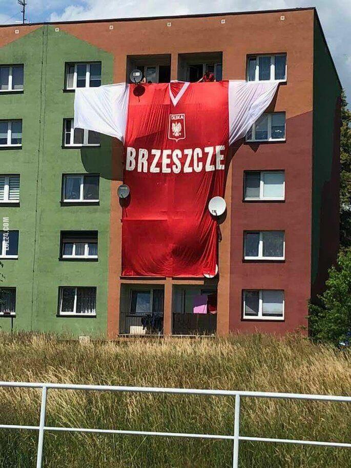 sportowa : Gigantyczna koszulka reprezentacji Polski na bloku w BRZESZCZE