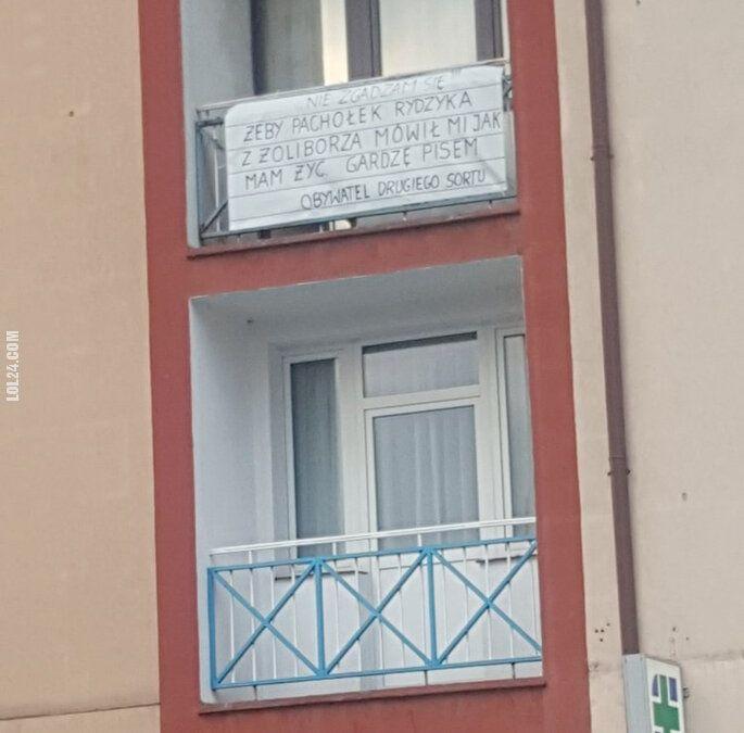 napis, reklama : Pachołek Rydzyka z Żoliborza
