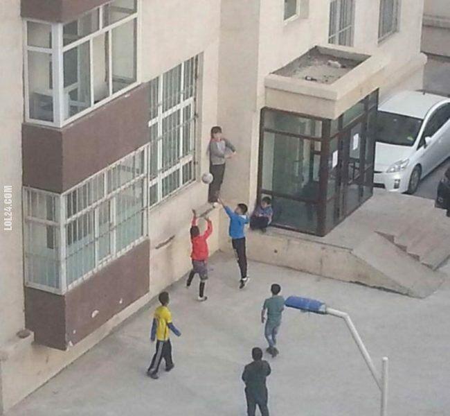 sportowa : Dzieciaki grają w koszykówkę