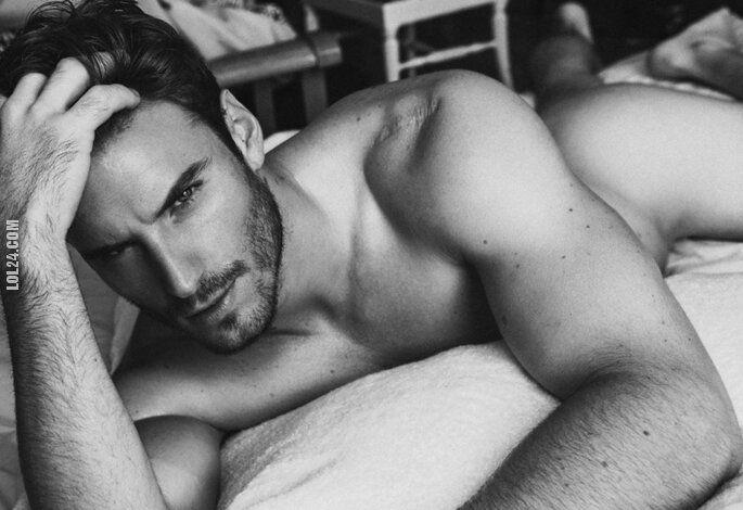 mężczyzna : Na łóżku