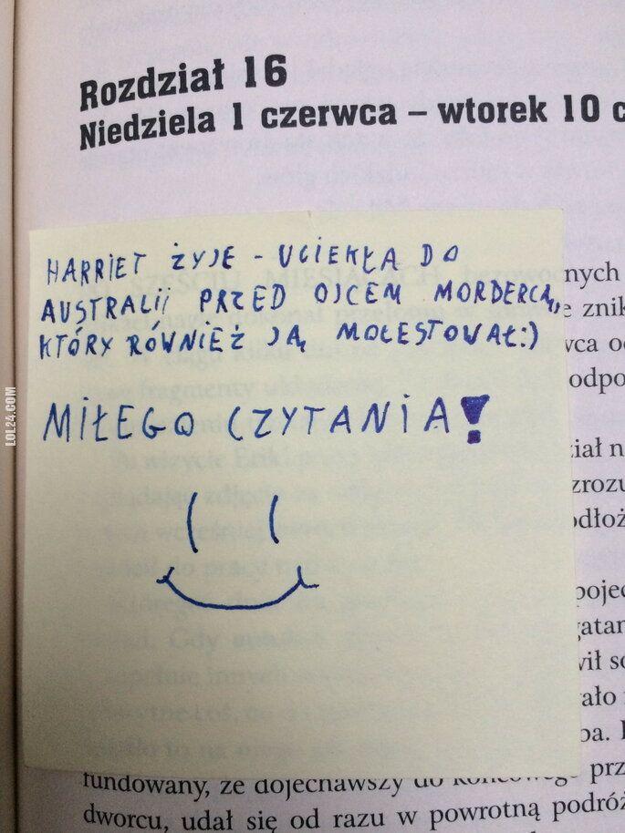 napis, reklama : Koś wkleił spojler w książce z biblioteki