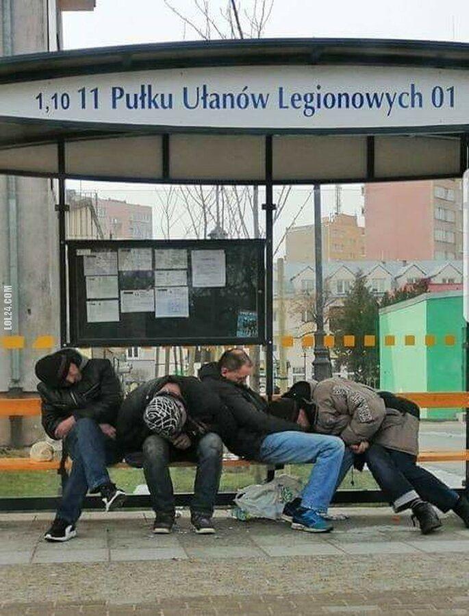 po imprezie : Przybyli ułani na przystanek