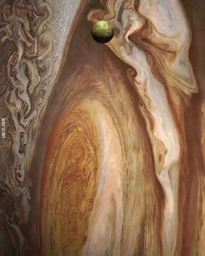 inne : Księżyc Jowisza Io na tle Jowisza