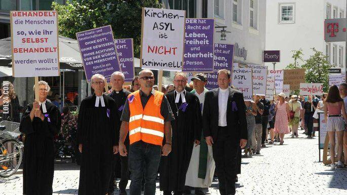 polityczna : Księża bronią uchodźców