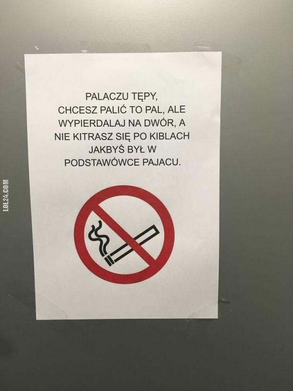 napis, reklama : Informacja dla palaczy w łazience