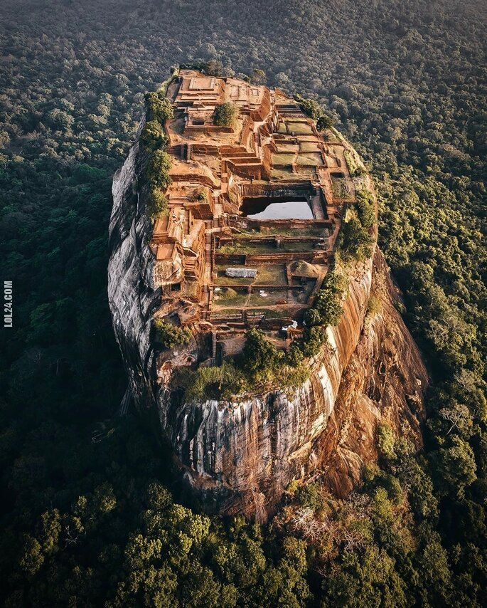 rzeźba, figurka : Sigirija w Sri Lance