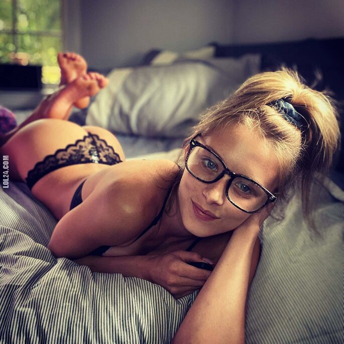 erotyka : Młoda uwielbia selfie w łóżku.