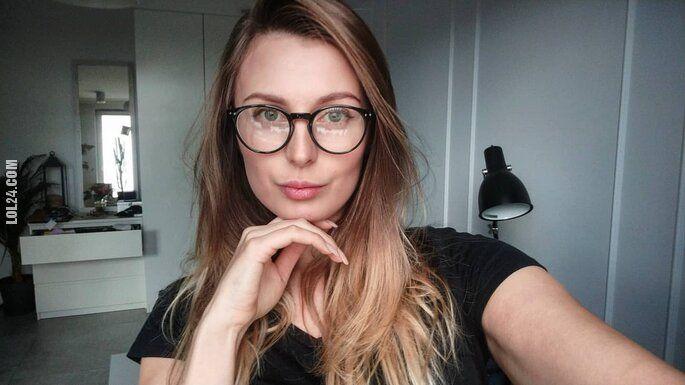 kobieta : Katrin w okularkach
